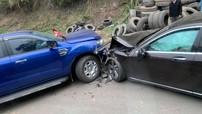 Hoà Bình: Xe bán tải Ford Ranger xảy ra va chạm với Mercedes-Benz S500, cả hai xe đều hư hỏng nặng