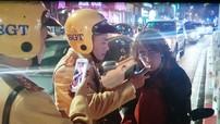 """Hà Nội: """"Tây"""" lái xe không đội mũ, bị lực lượng CSGT xử phạt hành chính, kiểm tra nồng độ cồn"""