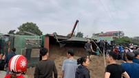 Hưng Yên: Ô tô tải chở cát lật vào xe máy cùng chiều, 3 ông cháu thương vong
