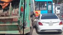 """Hà Nội: Va chạm với xe chở rác, xe sang Mercedes-Benz C-Class """"toác đầu"""""""
