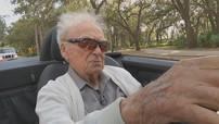 Bái phục cụ ông 107 tuổi vẫn lái xe Mercedes mui trần một cách minh mẫn trên đường