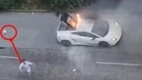 Bất lực vì không dập tắt ngọn lửa bao trùm siêu xe Lamborghini, đại gia ném bình cứu hoả lên không trung