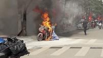 """Nắng lên, mô tô phân khối lớn """"giả Ducati"""" cháy ngùn ngụt trên đường phố Hà Nội"""