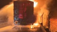 Xe tải chở khẩu trang cùng nguyên liệu bốc cháy dữ dội ở Trung Quốc, thiệt hại hơn 6,6 tỷ đồng