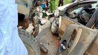 Vĩnh Phúc: Xe con Toyota Vios nát bét sau cú va chạm với ô tô tải, tài xế bị thương