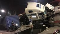 Hải Phòng: Xe container lật nghiêng, rơi trục bánh xe sau khi tông vào chân cầu vượt
