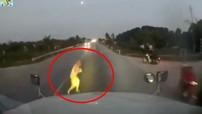 Video: Nổi hết da gà với pha chạy bộ sang đường trước đầu xe container của một cụ ông
