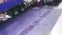 Video quay khoảnh khắc xe container va chạm với xe đạp khiến một người tử vong tại Nghệ An