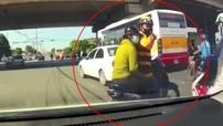 """Video: Nghi vấn tài xế Be vượt đèn đỏ, chặn đầu xe ô tô và chỉ mặt """"dạy đời"""""""