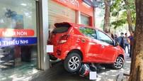 """Nghệ An: Toyota Wigo """"lùa"""" 2 xe máy đỗ trên vỉa hè xuống gầm xe khiến dân mạng thắc mắc chi tiết này"""