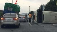 Video: Xe khách lật nghiêng sau va chạm với xe tải trên cao tốc Thái Nguyên – Chợ Mới