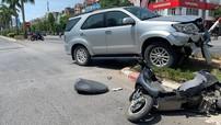 Toyota Fortuner biển xanh của Tỉnh ủy Nghệ An va chạm với xe máy điện, một cô gái bị thương nặng