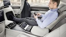 Audi mời người đi đường, từ già tới trẻ, lên xe sang A8 2018 để... mát-xa chân