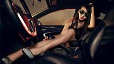 Người mẫu khoe chân dài thon thả bên mẫu Buick Regal độ