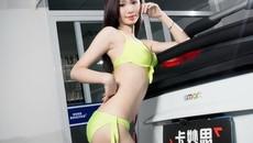 Giải nhiệt với người mẫu diện bikini mát mẻ bên Mercedes-Benz Smart