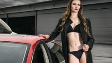 Người mẫu lạnh lùng, khoe thân thể săn chắc bên Audi A7 độ