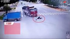 Người đi xe máy thoát chết thần kỳ 2 lần liên tiếp