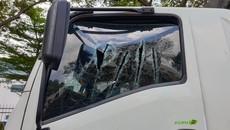 Bình Dương: Nam thanh niên chặn đầu xe tải, dùng kiếm chém liên tiếp khiến người đi đường hoảng sợ
