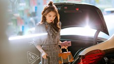 """""""Nữ hoàng nội y"""" Ngọc Trinh bất ngờ kín đáo bên Mercedes-Maybach S500"""