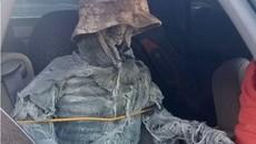"""Hài hước tài xế 62 tuổi ngụy trang """"bộ xương người"""" ngồi ghế lái phụ để đi vào làn đường ưu tiên"""