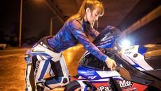 Cô nàng biến hoá khi thể thao, khi thanh lịch bên Yamaha R1