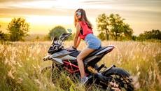 Thiếu nữ nhẹ nhàng, lãng mạn cùng mô tô phân khối lớn Ducati Hypermotard