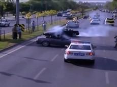 Màn drift xe trêu đùa cảnh sát giao thông