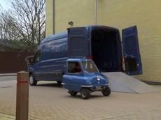 Cuộc gặp giữa xe hơi nhỏ nhất thế giới và xe tải lớn nhất của Ford