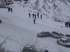 Xe hơi tụ hội trên đường dốc phủ tuyết trắng