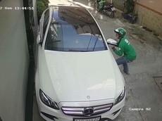 """Mercedes-Benz E300 của """"ngọc nữ Bolero"""" Tố My bị đối tượng mặc áo GrabBike """"vặt gương"""" giữa ban ngày"""