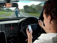 Vừa lái xe hơi, vừa sử dụng điện thoại – Nguy hiểm tiềm ẩn