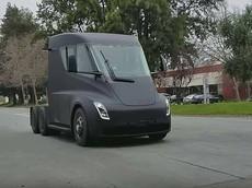 Xe đầu kéo Tesla Semi lần đầu tiên bị bắt gặp trên đường phố