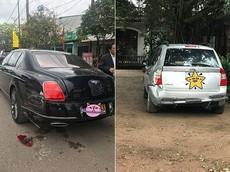 Quảng Trị: Kia Carens lùi ra đường, va quệt với xe sang Bentley