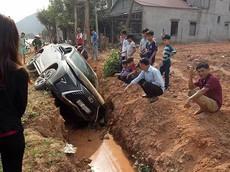 Bắc Giang: Tài xế ngủ gật, lao Lexus RX xuống rãnh bên đường