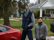 Người cao 2,34 mét mà chui vào xe Hyundai Accent thì sẽ khổ thế này
