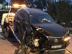 Hà Nội: SUV hạng sang Lexus NX đâm vào cột điện vì tránh xe máy