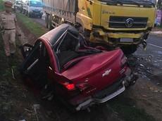 Đắk Lắk: Chevrolet Cruze bẹp dúm sau khi lao sang làn ngược chiều, đối đầu xe tải