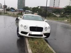 Xe siêu sang Bentley Continental GT V8 mất lái, lao lên dải phân cách