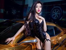Người mẫu Tôn Minh Lộ khoe thân thể nóng bỏng bên Chevrolet Camaro độ hoàng kim
