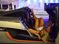 Vẻ đẹp nóng bỏng của nữ tay đua sở hữu siêu xe hàng hiếm Koenigsegg One:1 3 triệu USD