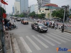 Dàn xe bán tải diễu hành trên đường phố Hà Nội sáng chủ nhật
