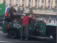 """Thắng trận, cổ động viên Nga dắt gấu ra đường ăn mừng trên """"xe mui trần"""""""
