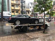 Xe mui trần Rolls-Royce Dawn độc nhất Việt Nam bàn giao cho khách trong ngày mưa
