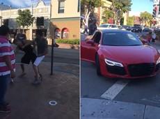 """Đá chân vào siêu xe Audi R8 của một diễn viên, người đàn ông """"lãnh đủ"""""""