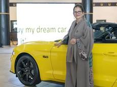 Ford tặng Mustang GT cho một nữ giáo sư sau khi Ả-Rập Xê-Út cho phép chị em lái ô tô