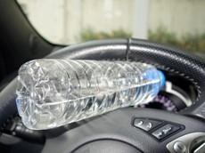 """Lí do """"chết người"""" cho việc không nên để chai nước trong ô tô vào ngày nắng nóng"""