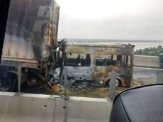 Tông vào đuôi xe container trên cao tốc Long Thành - Dầu Giây, xe khách cháy trơ khung
