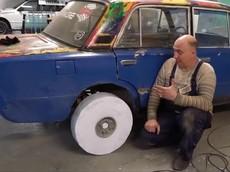 Không ngờ bánh xe ô tô làm từ 10.000 tờ giấy A4 lại chạy ngon lành thế này
