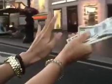 Đăng video ném tiền ra ngoài cửa sổ ô tô lên mạng, hội con nhà giàu bị cảnh sát vào cuộc điều tra
