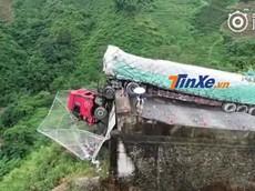 """Lưới khổng lồ cứu sống 2 người trong xe tải trên """"con đường tử thần"""""""